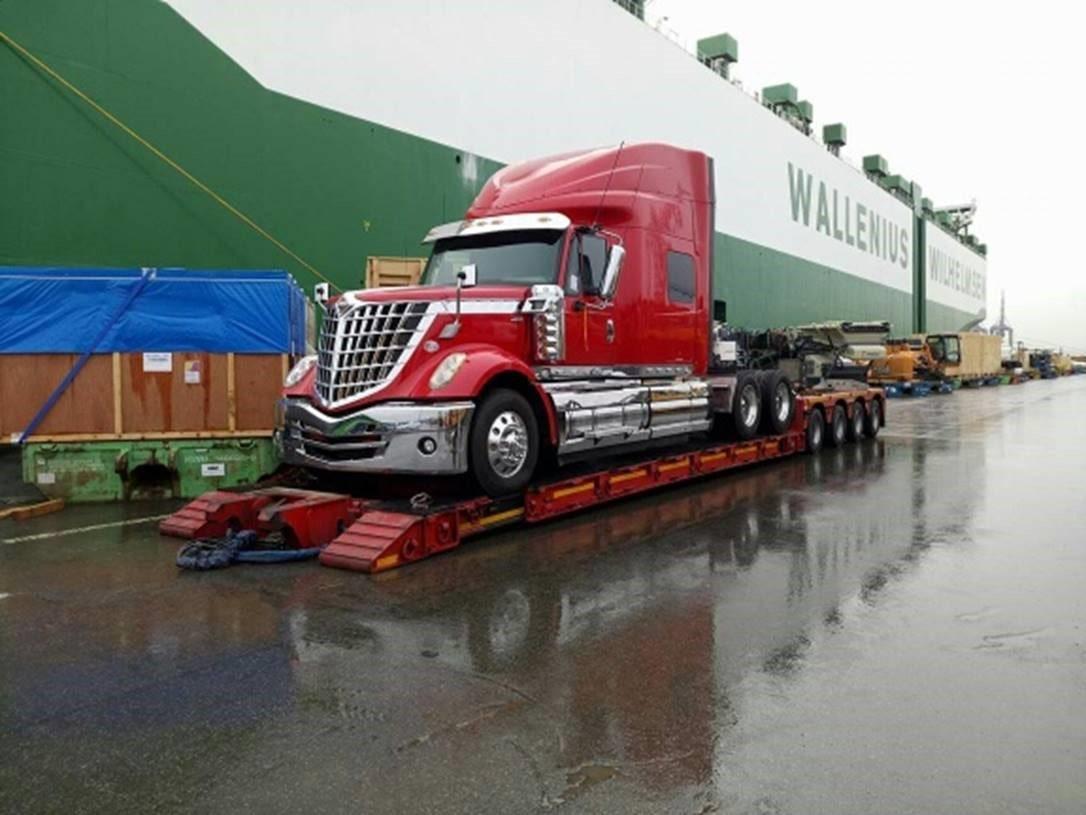 Transport Ciężarówki z USA do Polski Ciągnik siodłowy Lonestar, po dostawie z USA do portu Bremerhaven, załadowany na naczepę tiefbett.