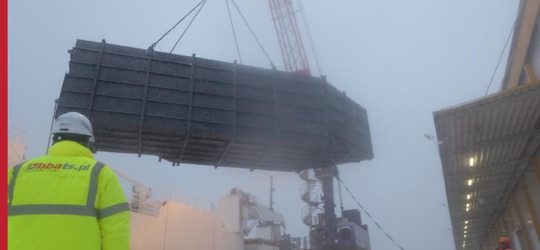 Transport gabarytów, załadunki, mocowanie elementów na statku do Norwegii