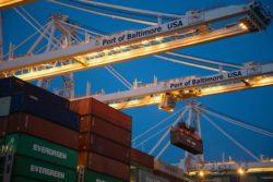 ISPS Kontenery załadowywane na statek kontenerowy. Ładowany kontener przemieszczany jest z pomocą suwnicy.