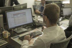 Spedytor przy pracy. Spedytor operujący programem pomagającym w przypisaniu ładunków do poszczególnych przewoźników i nadzorze procesu.
