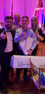 Patryk Pawlik odbiera nagrodę główną od R-BAG Group