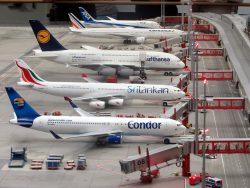 Import paneli fotowoltaicznych z Chin. Samoloty liniowe oczekujące na ostatni załadunek i pozwolenie na start.