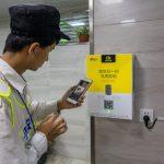 Kody QR w Chinach. Dozownik papieru toaletowego wydający odmierzoną ilość papieru po zeskanowaniu kodu QR.