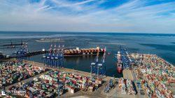 DCT Gdańsk. Ujęcie Terminalu z wpływającym do niego statkiem MSC. Widoczne oba nabrzeża DCT.