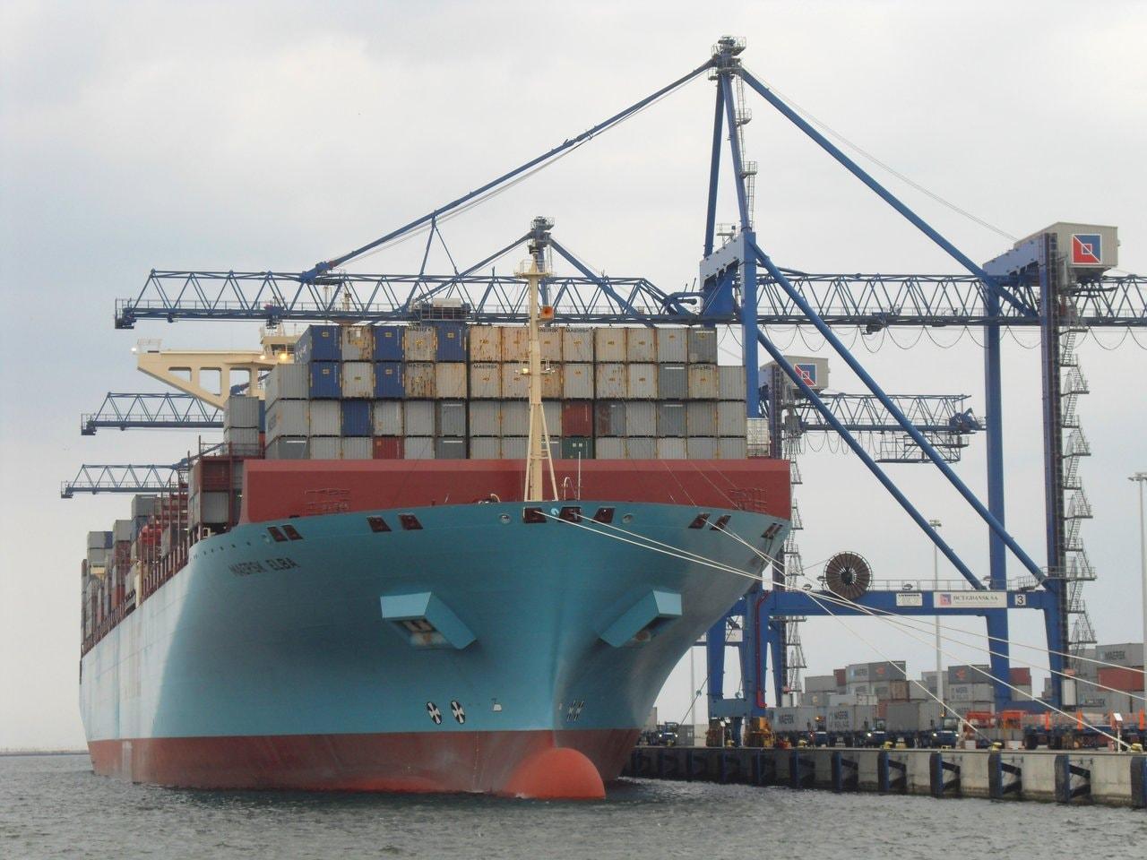 ISPS. Kontenerowiec armatora MAERSK rozładowujący i załadowujący kontenery w terminalu kontenerowym DCT w Gdańsku.