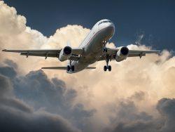 Czarter Samolotu Transportowego. Samolot Pasażerski Airbus A330 Podchodzący Do Lądowania