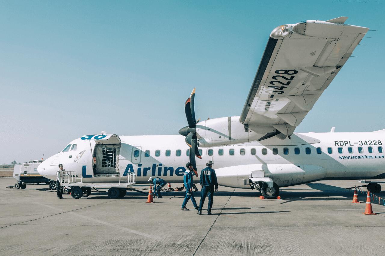 Czartek Samolotu Transportowego Rozładunek Niedużego Wyczarterowanego Samolotu Transportowego Na Płycie Lotniska.