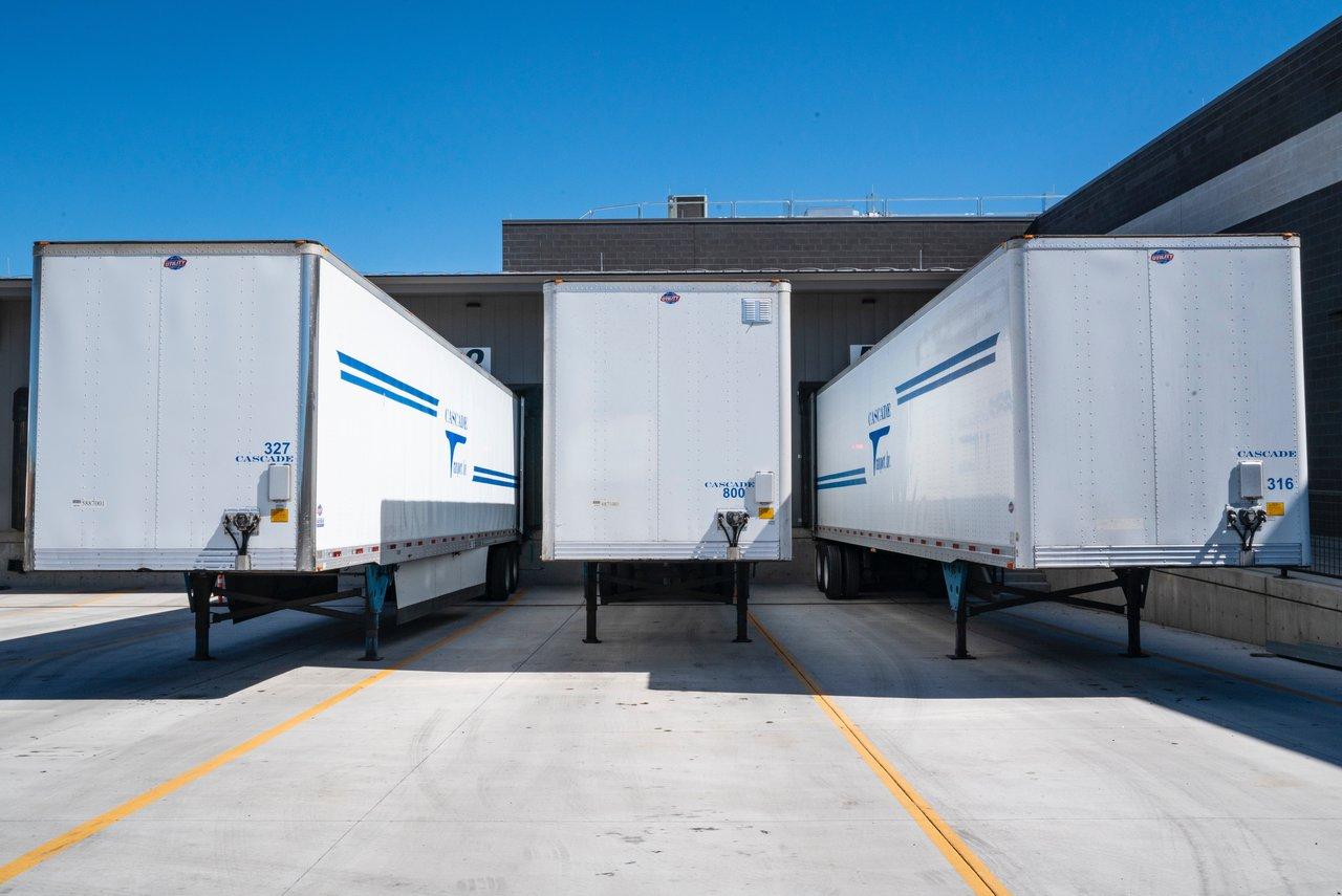 Usługi Spedycyjne Warszawa Naczepy Ciężarowe Oczekujące W Terminalu Logistycznym Na Rozwiezienie Towaru Zgodnie Z Dyspozycjami