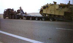 Specjalny wóz zabezpieczenia technicznego US Army ładowany na platformę low boy HETS.