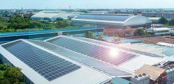 Import paneli fotowoltaicznych z Chin. Panele słoneczne na dachu zespołu produkcyjnego generujące dodatkową energię elektryczną.